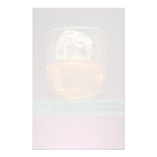 Whisky hermoso en las rocas papeleria personalizada