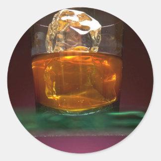 Whisky hermoso en las rocas pegatina redonda