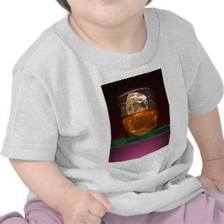 Whisky hermoso en las rocas camisetas