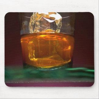 Whisky hermoso en las rocas tapete de ratón
