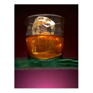 Whisky hermoso en las rocas postal