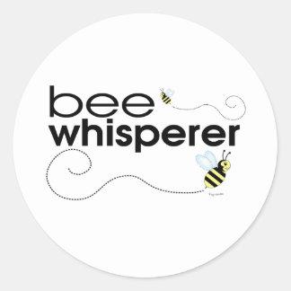 Whisperer de la abeja pegatina redonda