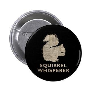 Whisperer de la ardilla del vintage pin redondo de 2 pulgadas