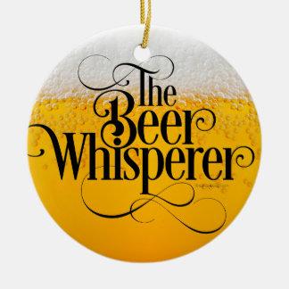 Whisperer de la cerveza adorno navideño redondo de cerámica