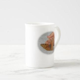Whisperer de la mariposa taza de porcelana