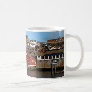 Whitby con la casa vieja del bote salvavidas taza de café
