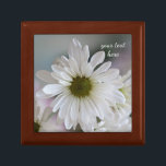 "White daisy keepsake box<br><div class=""desc"">Pretty white daisy flower with soft colored background</div>"
