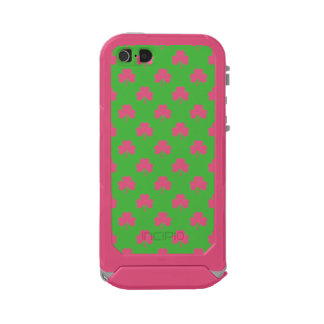 White Heart-Shaped Clover on Green St. Patrick's Incipio ATLAS ID™ iPhone 5 Case