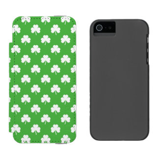 White Heart-Shaped Clover on Green St. Patrick's Incipio Watson™ iPhone 5 Wallet Case