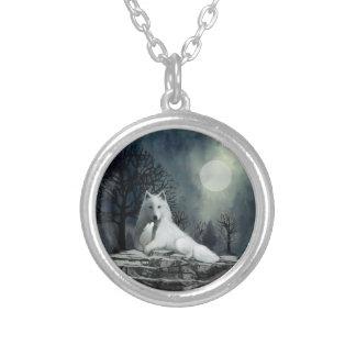 White Wolf con el collar del perrito