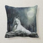 White Wolf con la almohada del perrito