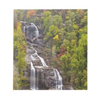 Whitewater dramático cae en otoño en libreta para notas