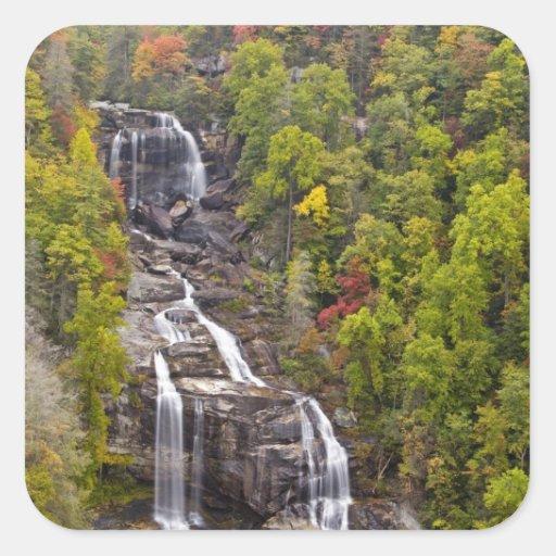 Whitewater dramático cae en otoño en calcomanía cuadradase