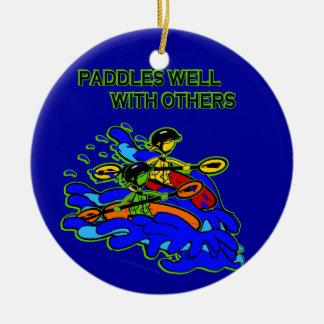 Whitewater se bate bien con otros adorno navideño redondo de cerámica