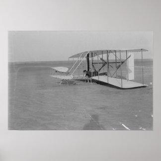 Wilbur Wright en el avión dañado después Posters