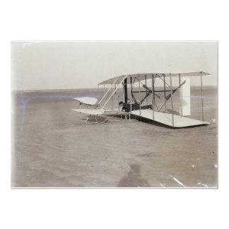 """Wilbur Wright en la posición propensa en máquina Invitación 5"""" X 7"""""""