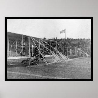 Wilbur Wright en la raza 1909 del aeroplano Posters