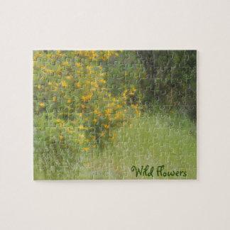 Wildflower amarillo e hierba personalizable rompecabeza