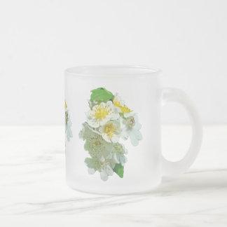 Wildflower blanco de los rosas de Multiflora Tazas