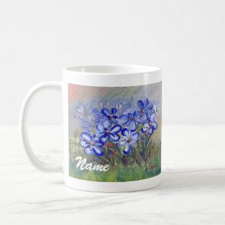 Wildflowers azules en una pintura de la bella arte taza básica blanca