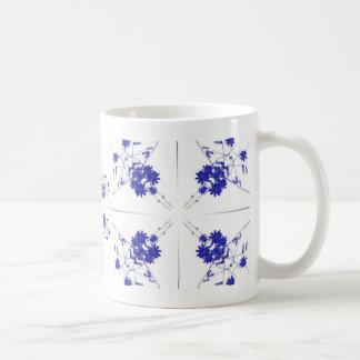 Wildflowers azules y blancos en 4 encima de modelo taza