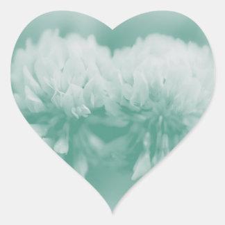 Wildflowers del trébol blanco pegatina de corazon