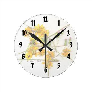 Wildflowers dispersados en amarillo y blanco reloj redondo mediano