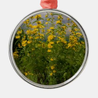 Wildflowers en un día nublado ornaments para arbol de navidad