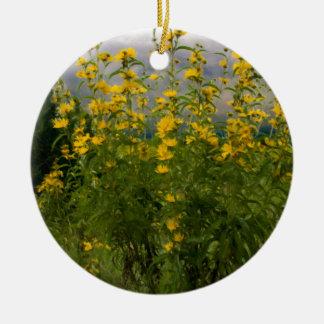 Wildflowers en un día nublado ornamento de navidad