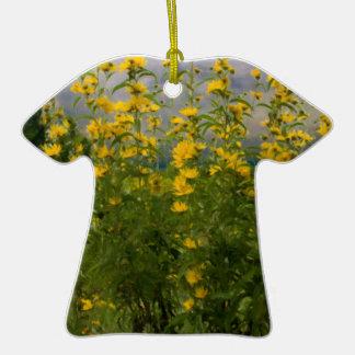 Wildflowers en un día nublado ornamento para reyes magos