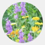 Wildflowers púrpuras y amarillos etiqueta