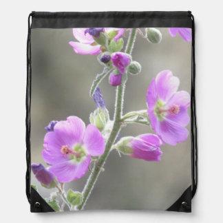 Wildflowers rosados de la malva de globo mochilas