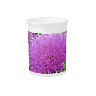 Wildflowers violetas en el prado jarras para bebida