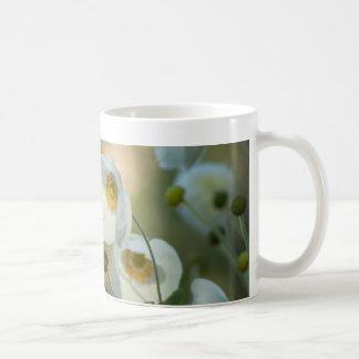 windflowers blancos en una exhibición natural taza básica blanca