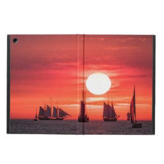 Windjammer en luz de la puesta del sol en el mar