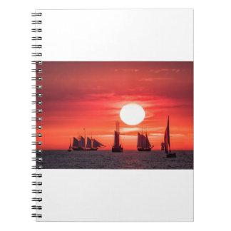 Windjammer en luz de la puesta del sol en el mar libreta espiral