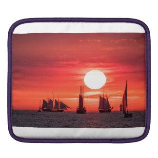 Windjammer en luz de la puesta del sol en el mar mangas de iPad