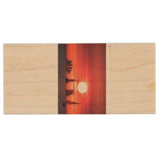 Windjammer en luz de la puesta del sol en el mar memoria USB 2.0 de madera
