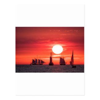 Windjammer en luz de la puesta del sol en el mar tarjeta postal