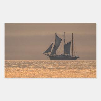 Windjammer en luz de la puesta del sol pegatina rectangular
