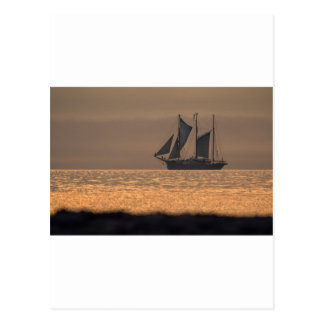 Windjammer en luz de la puesta del sol tarjeta postal