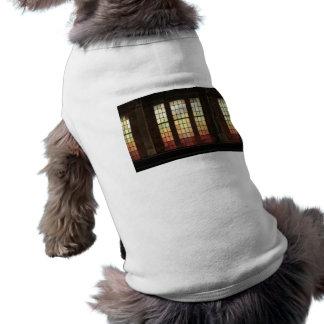Windows de cristal coloreado en la alta línea ropa de perro
