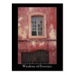 Windows de la casa roja vieja del pueblo de Proven Tarjetas Postales