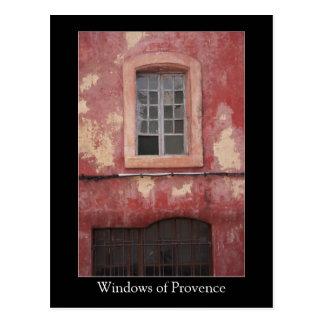 Windows de la casa roja vieja del pueblo de postales