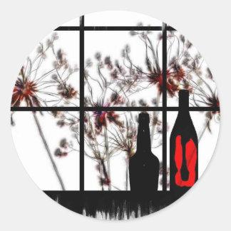 Windowsill secado de las flores con la botella de pegatinas redondas