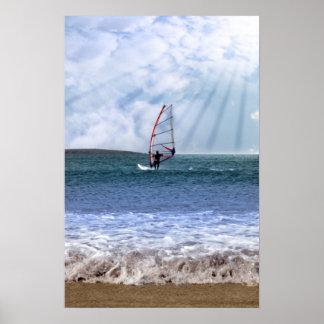 windsurfer en una tormenta con los rayos de la sol poster
