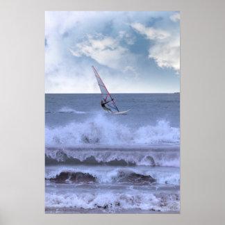 windsurfer windsurfing en una tormenta posters