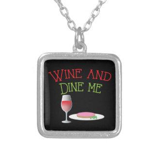 Wine y céneme con la cena y la copa de vino