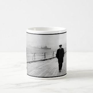 Winston Churchill en el mar Taza