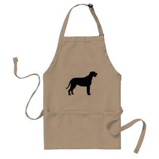 Wolfhound irlandés en negro delantal
